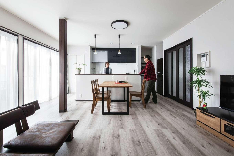 ほっと住まいる|縁側をなくし、すべてを居室にしたことで開放感が増したLDK。塗り跡さえ美しい塗り壁には、火砕流の堆積物を材料にしたシラス壁を採用している。調湿効果や消臭効果もある優れものだ。ゆとりあるオープンキッチンは夫婦2人で立てるほど広く、『ほっと住まいる』お手製のアイアンの脚がついたダイニングテーブル、ヴィンテージ調のソファまで、シンプルな空間を過ごしやすくする工夫がいっぱい