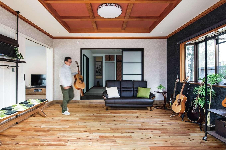 ほっと住まいる|小学生の頃に始めたアコースティックギターを、ブランクを経て楽しんでいるというSさん。「趣味の部屋は、当初テラスまで続く土間として使う予定で、土足OKの無垢の床材を採用。仕上がりが美しすぎて結局靴では入っていません(笑)」とSさん。天井は以前の内装をそのまま活用