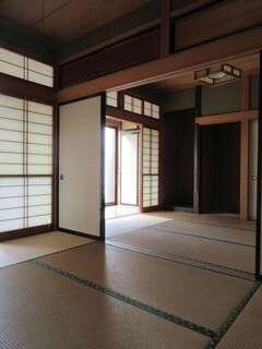 和室2間は1階居室の約半分を占める広さがありながら、未使用で締め切り状態。LDKにも光が届かなかった