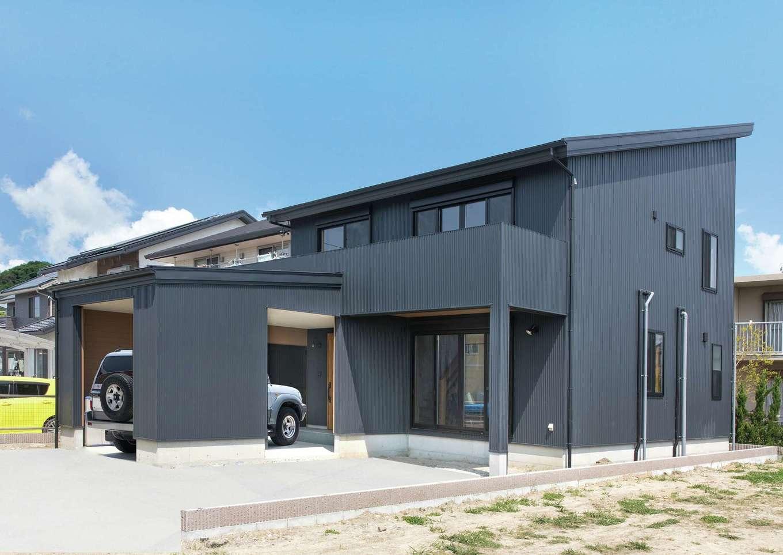 サイエンスホーム【1000万円台、デザイン住宅、省エネ】ガレージ一体型のスタイリッシュな外観。グレーのガルバリウム鋼板が青空に映える