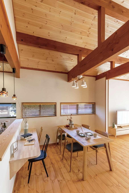 住まいるコーポレーション【デザイン住宅、自然素材、省エネ】東側に窓が並んだダイニングはカフェのように心地よい空間。モザイクガラスのペンダント照明がアクセント。カウンターはスタディコーナーとしても利用でき、料理をしながら子どもの様子を見守れる