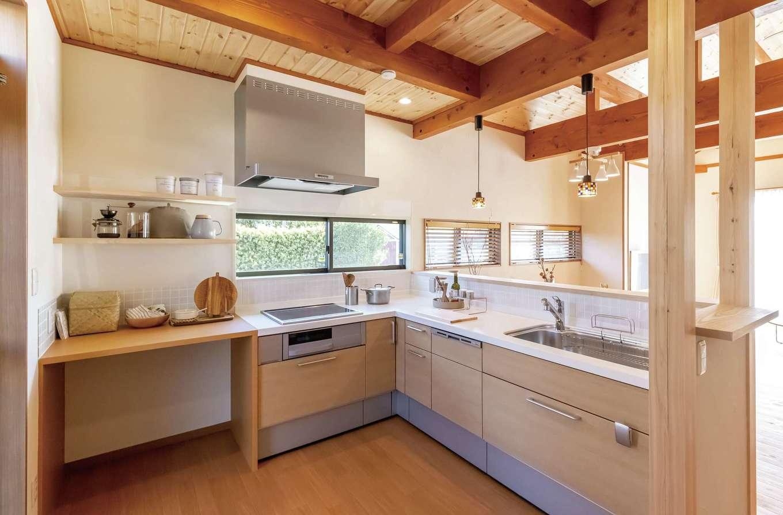 住まいるコーポレーション【デザイン住宅、自然素材、省エネ】キッチンはL字型にして作業スペースを広く確保。電磁調理器の隣には造作のゴミ箱収納を設置。上部のカウンターは調理スペースや家電置き場など多目的に使えて便利