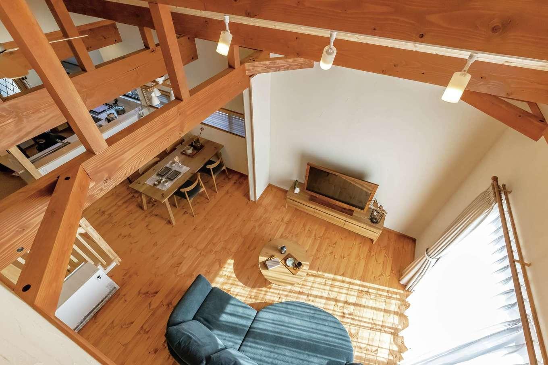 住まいるコーポレーション【デザイン住宅、自然素材、省エネ】2階の寝室から眺めた勾配天井のLDK。梁組みの見事さと天然木の広々空間は、思わず息を飲むほどの存在感