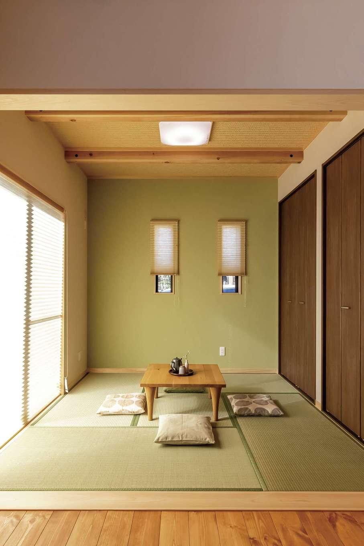 住まいるコーポレーション【デザイン住宅、自然素材、省エネ】リビングの続き間の和室は天井を数寄屋風に仕上げた端正な空間。壁一面に収納スペースを確保