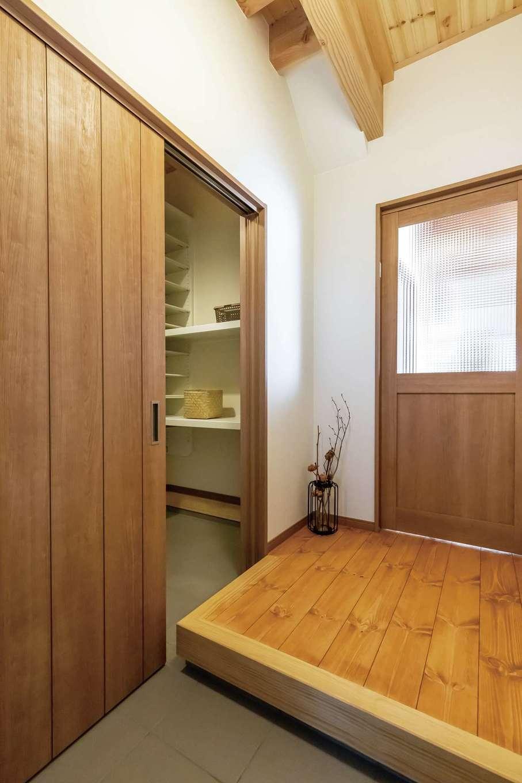 住まいるコーポレーション【デザイン住宅、自然素材、省エネ】玄関はシューズクローク付きで収納力抜群