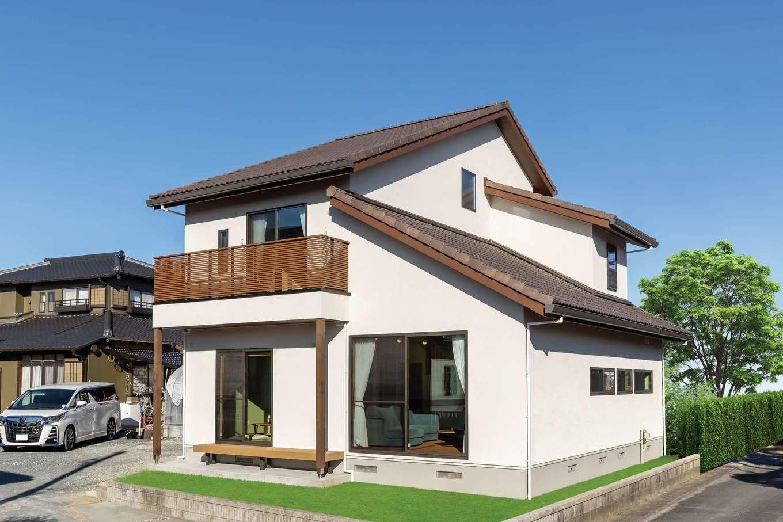 住まいるコーポレーション【デザイン住宅、自然素材、省エネ】外観はご主人のこだわりで外壁は塗り壁、屋根は瓦に。屋根の勾配に変化をつけてカフェのようなかわいらしい雰囲気に演出