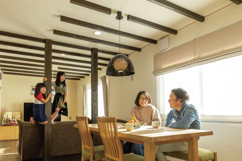 新栄住宅【和風、省エネ、間取り】大きな開口部から燦々と光が降り注ぐLDK。現しの梁がナチュラルモダンな空間のアクセントに。無垢の木、珪藻土と「SHIN-EI床下エアコン」の相乗効果で、室内はいつも空気がきれいで爽やか♪