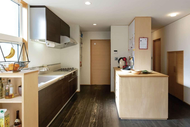 新栄住宅【和風、省エネ、間取り】調理レンジと作業台を分けたキッチン。週2回はご主人がプロの腕をふるう