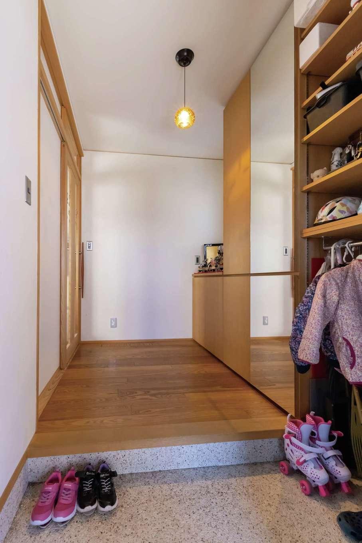 新栄住宅【和風、省エネ、間取り】洗い出しの玄関。女子率が高いので、大容量のシューズクローゼットと全身の姿見を設置した