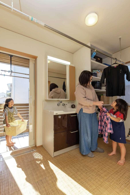 新栄住宅【和風、省エネ、間取り】ウッドデッキ直結の広い洗面脱衣室。平日は部屋干しで、天気のいい休日はインナーテラスに干す