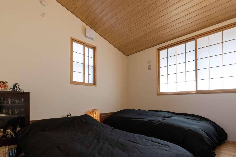 新栄住宅【和風、省エネ、間取り】勾配天井に無垢板を貼った主寝室。障子を通して漏れてくる淡い自然光に癒される