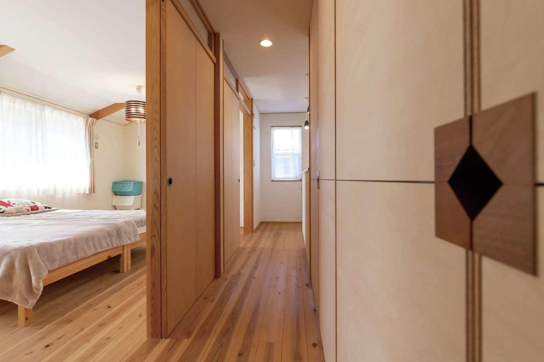 新栄住宅【和風、省エネ、間取り】2階の床は1階と色を変えて。子ども部屋は成長に応じて二間にもできる。収納の取っ手は造作