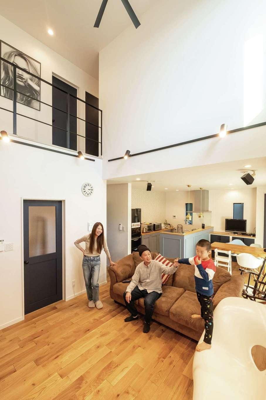 三和建設【デザイン住宅、子育て、間取り】開放感のある吹き抜けのリビングは、2階にいてもつながりを感じられる、家族が一番好きな空間。無垢床は冷たさを感じにくいので長男は裸足でいることが多いとか