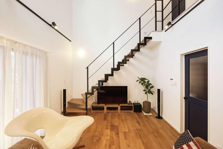 三和建設【デザイン住宅、子育て、間取り】吹き抜けを通るアイアン階段。黒の鉄骨は空間を引き締める効果も
