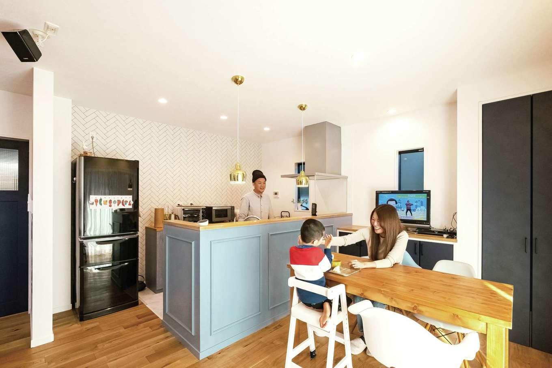 三和建設【デザイン住宅、子育て、間取り】ブルーのカウンターを造作したキッチン。ゴールドのペンダントライトが華やぎを添える