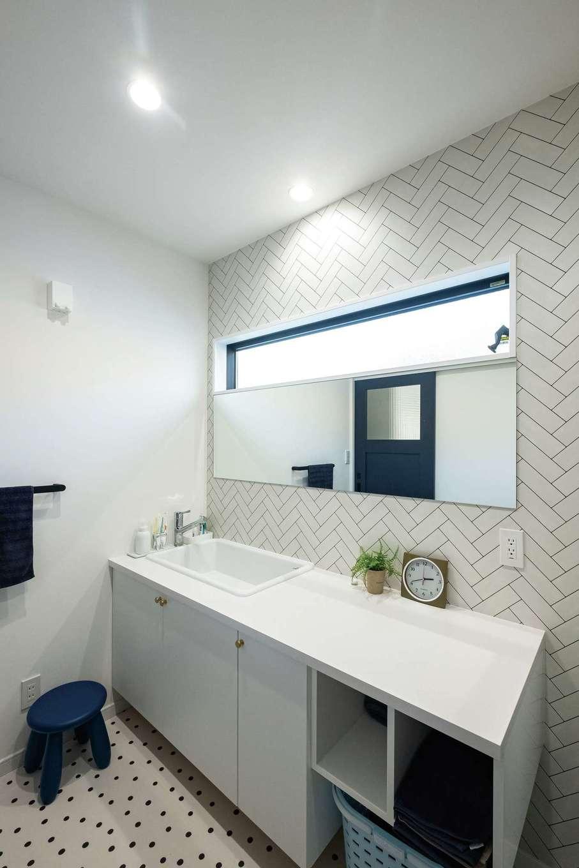 三和建設【デザイン住宅、子育て、間取り】同社の「快乾空間🄬」からアイデアをもらって広めに作った洗面室。白で統一しつつも2種類の柄を使うことで単調になりすぎない