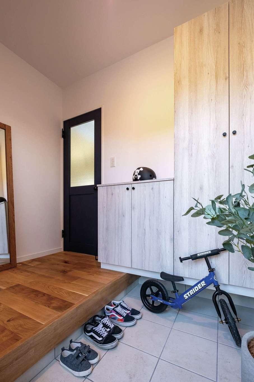 三和建設【デザイン住宅、子育て、間取り】大きな靴箱は圧迫感がないように白っぽい木目調に。玄関ホールの床も無垢材にこだわって落ち着いた雰囲気に