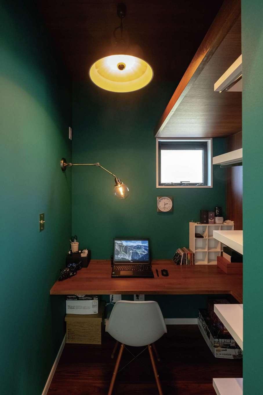 三和建設【デザイン住宅、子育て、間取り】ご主人の書斎。ダークグリーンの壁紙を効果的に使ってレトロなイメージを演出した