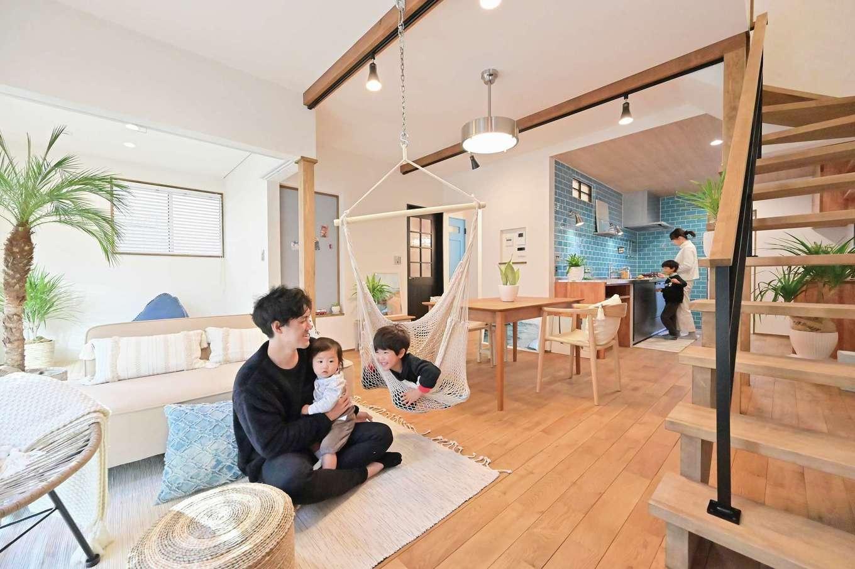 クローバーハウス 【デザイン住宅、省エネ、インテリア】木、漆喰、タイル、アイアンといった異素材がバランス良く調和したLDK ターコイズブルーのタイルとキッチンのステンレスがベストマッチ。子どもたちと一緒にお菓子づくりを楽しむためにワークトップを造作で延長した