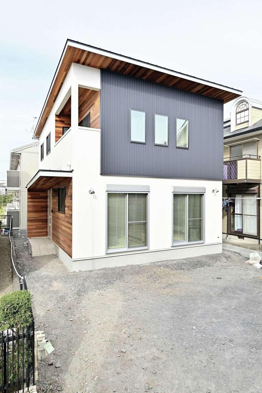 クローバーハウス 【デザイン住宅、省エネ、インテリア】グレー・白・木目が調和したスタイリッシュな外観。2階の軒を出したことでモダンな雰囲気に