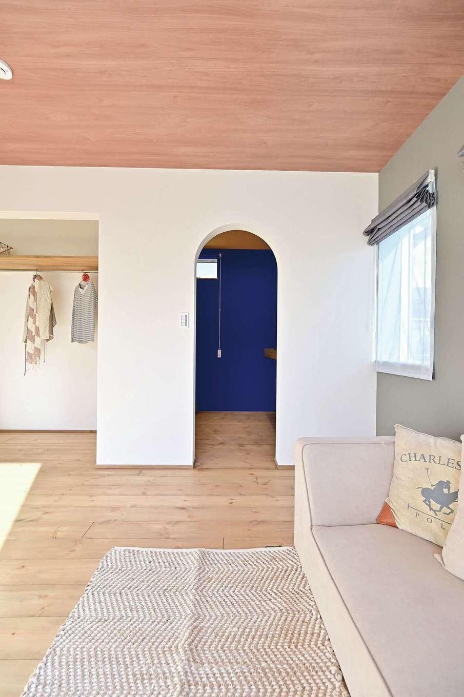 クローバーハウス 【デザイン住宅、省エネ、インテリア】好きなアニメのカラーに合わせて、ウォークインクローゼットのクロスをオレンジと青に
