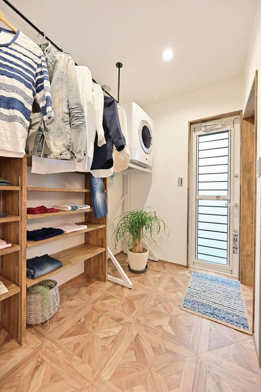 クローバーハウス 【デザイン住宅、省エネ、インテリア】洗面室のバックヤードにあるランドリールームは家事時間を短縮。奥のドアを開けると物干しスペースに直結