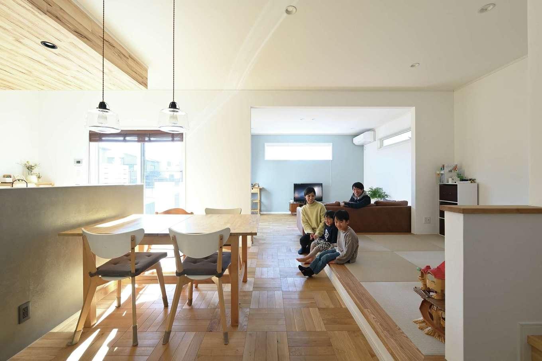 ハートホーム【子育て、自然素材、インテリア】ダイニングの床は、コーディネーターと相談しながら決めた、市松張りの無垢材。自然な色の濃淡が生み出す表情が新鮮。奥さまが、経年での風合いの変化を最も楽しみにしているポイントだ