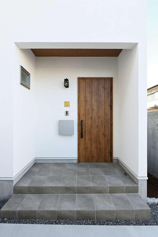 ハートホーム【子育て、自然素材、インテリア】玄関周りもシックな印象に
