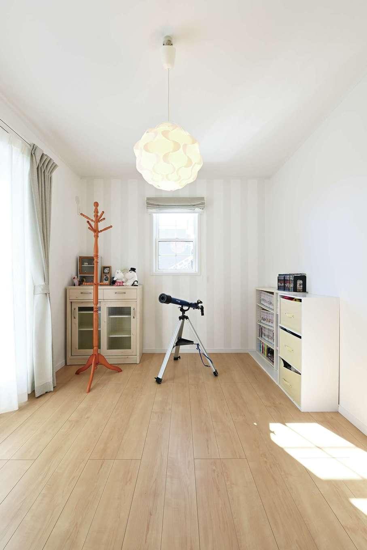 ハートホーム【子育て、自然素材、インテリア】北欧デザインのライトが似合う子ども部屋。一面にはストライプ柄のアクセントクロスを採用した