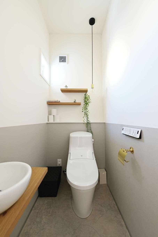 ハートホーム【子育て、自然素材、インテリア】ツートンの壁や木のシェルフで、トイレにも北欧のナチュラルインテリアを実践