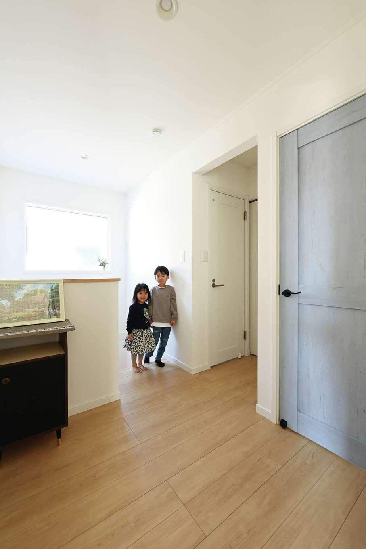 ハートホーム【子育て、自然素材、インテリア】2階の個室は、ニュアンスカラーのドアが差し色に