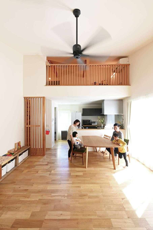低燃費住宅 静岡(TK武田建築)【子育て、自然素材、省エネ】日当たりのよい2階リビングには家族が自然に集まってくる。ロフトを付けることで高くなり、開放的な空間になった