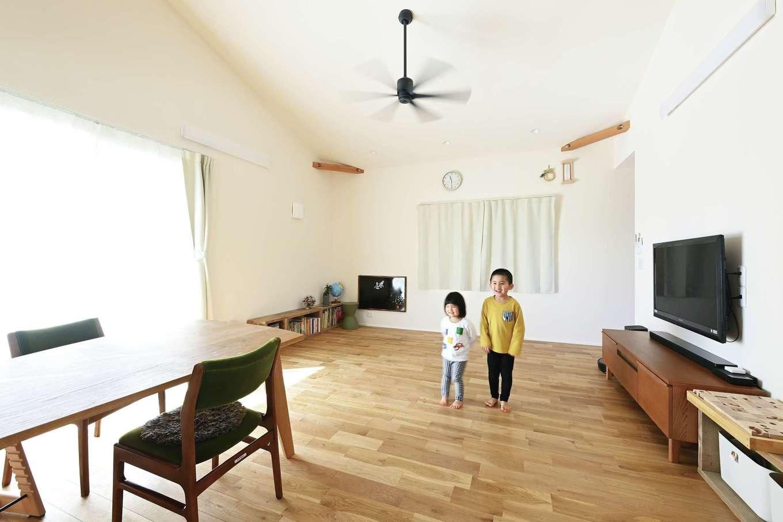 低燃費住宅 静岡(TK武田建築)【子育て、自然素材、省エネ】足触りが気持ちいい無垢床だから、子どもたちは冬でも裸足。回遊動線で結ばれたLDKと寝室をぐるぐると走り回っているそうだ