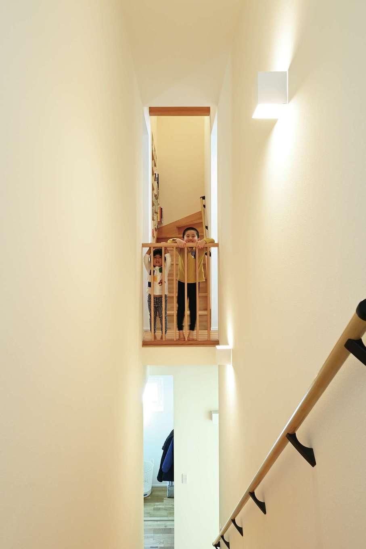 低燃費住宅 静岡(TK武田建築)【子育て、自然素材、省エネ】空気を階下に回す格子柵。お父さんが帰ってくると子どもたちはここから「おかえり!」と声をかけるそうだ