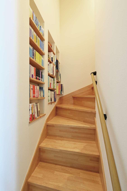 低燃費住宅 静岡(TK武田建築)【子育て、自然素材、省エネ】ロフトに上がる階段にニッチの本棚を造作。階段にちょっと腰かけて、ひととき本を読みふけるのも楽しい