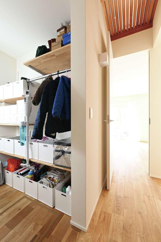 低燃費住宅 静岡(TK武田建築)【子育て、自然素材、省エネ】1階のウォークインクローゼットにはコートなどの外着のほか、子どもの自転車用ヘルメットや掃除機、工具など玄関収納的な役割も。廊下の天井は格子になっていて、きれいな空気がスムーズに流れる