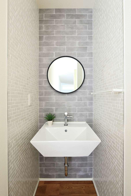 低燃費住宅 静岡(TK武田建築)【子育て、自然素材、省エネ】来客も使う1階洗面は2種類のタイルでセンスよく