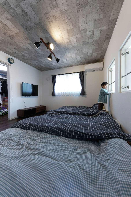 東海ハウス【子育て、間取り、スキップフロア】シックにまとめた寝室。ウォークインは入口が2つあり、個室にすることも