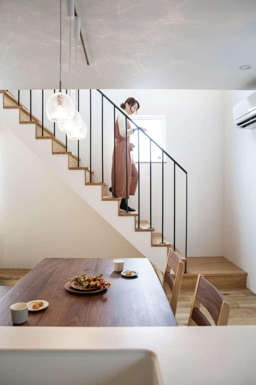 ainoa.life くらはし建築【デザイン住宅、省エネ、間取り】吹き抜けの階段。白・木目・アイアンが絶妙に調和して、ナチュラルで洗練された空間が実現