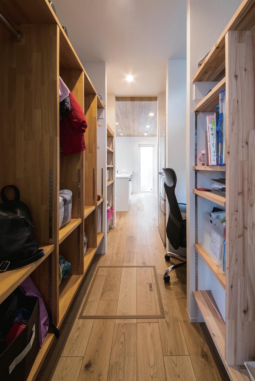 ainoa.life くらはし建築【デザイン住宅、省エネ、間取り】玄関とキッチンを繋ぐクローク。ファミリーロッカーとご主人の書斎コーナーもある