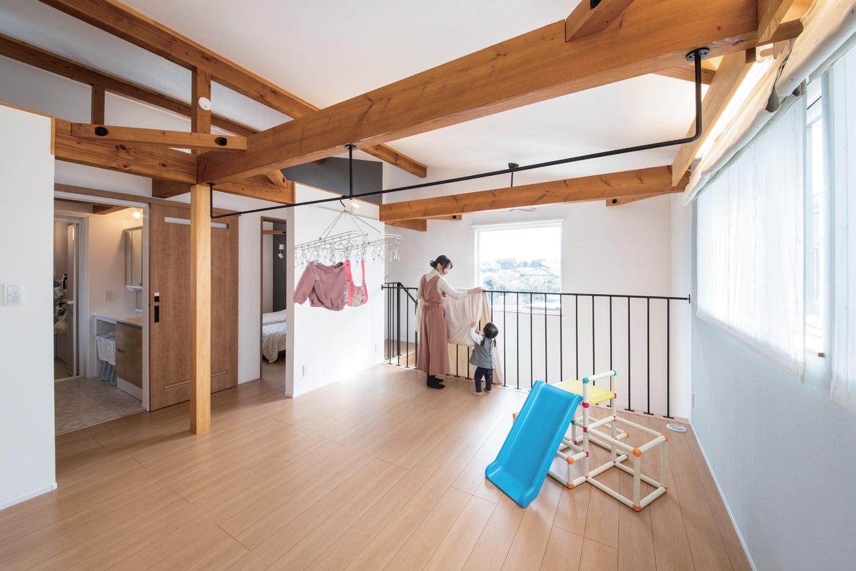 ainoa.life くらはし建築【デザイン住宅、省エネ、間取り】2階のフリースペースには室内干し用のアイアンのポールがある。吹き抜けの階段に面したアイアンの手すりは布団を干すのにうってつけ。子育てママ目線のアイデアが活かされている