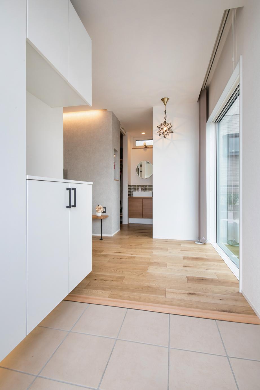 ainoa.life くらはし建築【デザイン住宅、省エネ、間取り】土間とフラットに繋がる室内。正面に手洗いがある