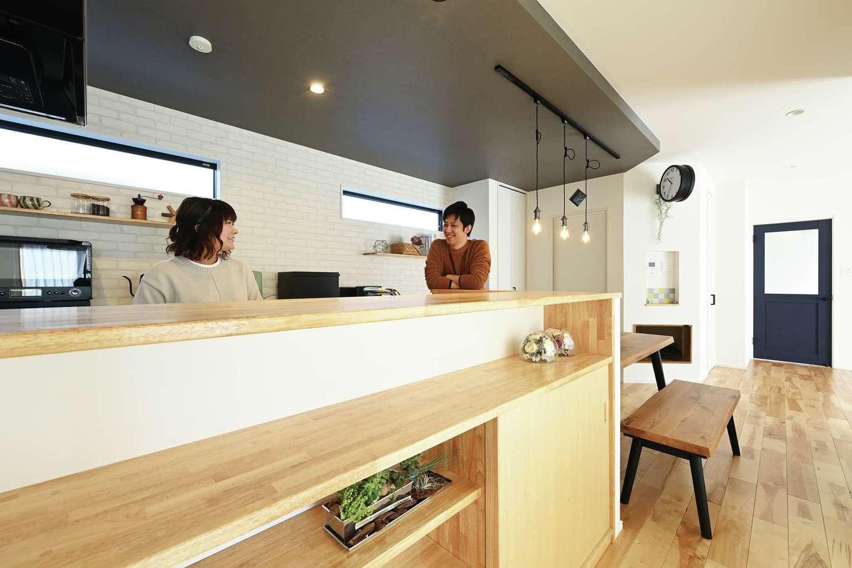 内田建設【デザイン住宅、間取り、建築家】奥さまこだわりのカウンターキッチンはカフェをイメージ。グレーの折下げ天井もおしゃれ