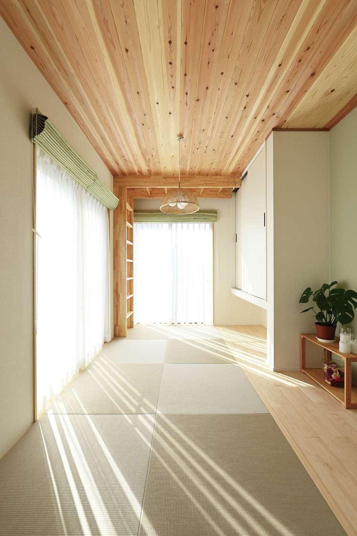 内田建設【デザイン住宅、間取り、建築家】中庭のテラスに面した和室は、天井に杉板を貼って。同じ素材でウンテイも作ってもらった