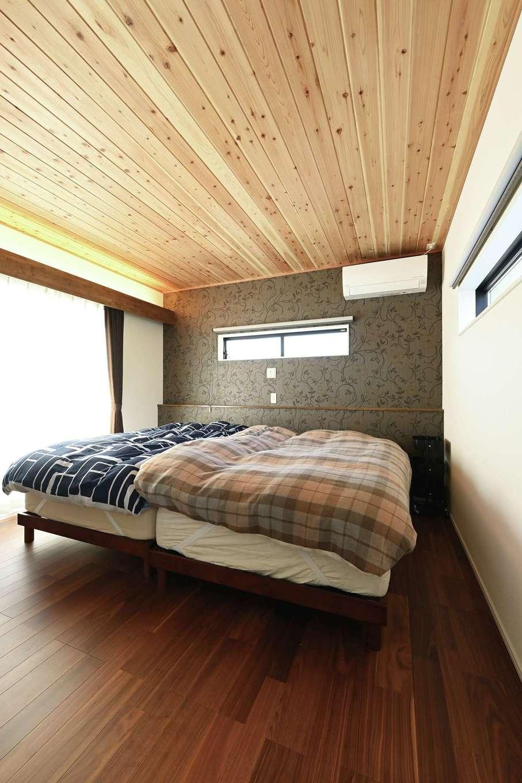 内田建設【デザイン住宅、間取り、建築家】1階の和室と同じく、天井に杉板を貼った主寝室。グレーのアクセントクロスと間接照明に癒やされる