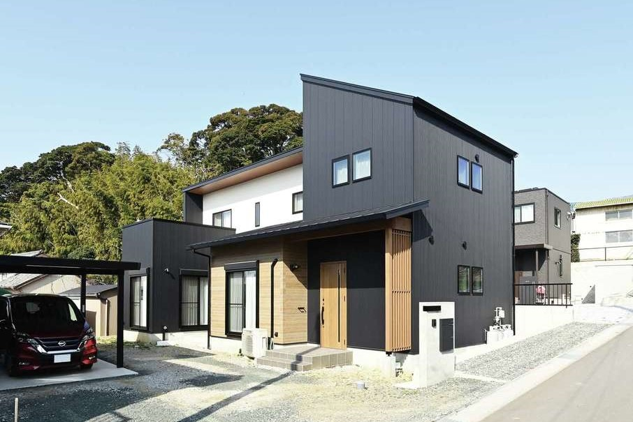 内田建設【デザイン住宅、間取り、建築家】ガルバリウムと木目調のサイディングが調和したシンプルモダンな外観