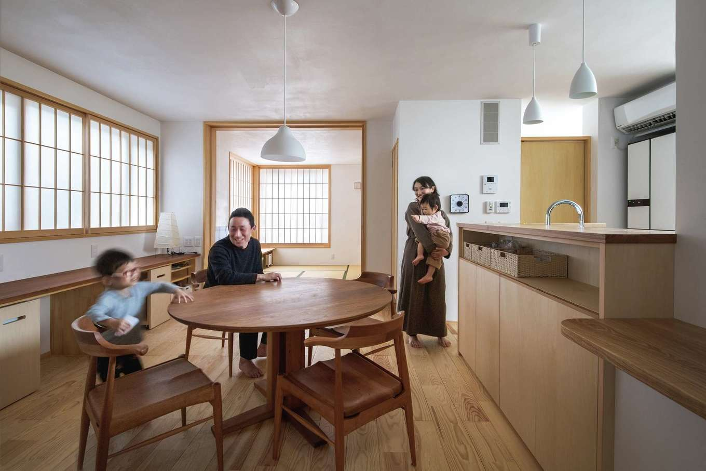 ぴたはうす 安食建設【デザイン住宅、和風、省エネ】障子と造作家具が映えるLDK。ダイニングの奥には畳リビングがある