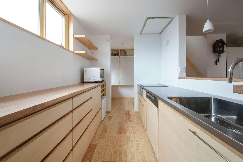 ぴたはうす 安食建設【デザイン住宅、和風、省エネ】造作のキッチン。奥にはパントリー兼奥さまの書斎がある