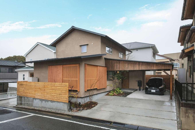 ぴたはうす 安食建設【デザイン住宅、和風、省エネ】ガレージと一体化した外観。そとん壁の素朴な風合いに格子戸とガレージの木製の屋根が調和して風情を感じさせる
