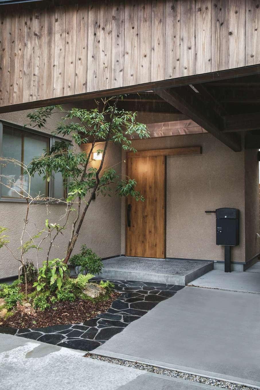 ぴたはうす 安食建設【デザイン住宅、和風、省エネ】玄関ポーチの前に設けた庭も『安食建設』がデザイン。シンボルツリーの上は屋根を付けずに空けてある
